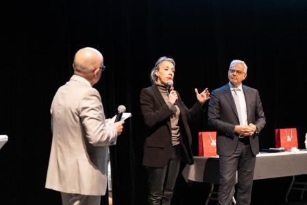 Remise de Trophée par Nadia PELLEFIGUE et Alain DI CRESCENZO lors de la 5ème Cérémonie des Défis d'Entreprises
