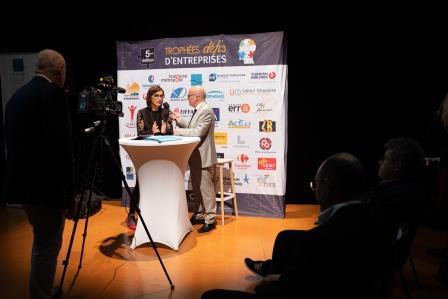 Remise de Trophée par Karine TRAVAL-MICHELET et Alain DI CRESCENZO lors de la 5ème Cérémonie des Défis d'Entreprises